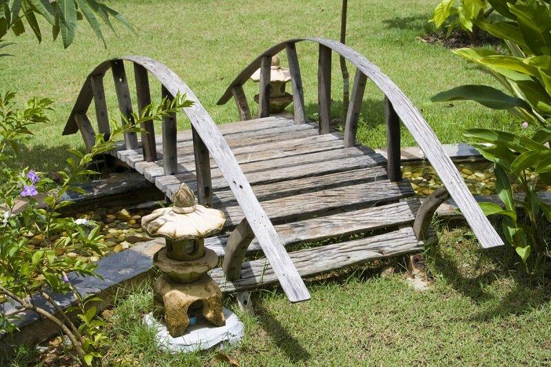 Элемент садового дизайна - деревянный мостик